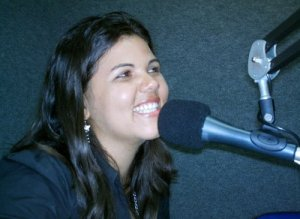 Daniella Almeida gravando seu programa de rádio